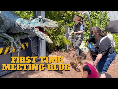 Little Girl Meets a Raptor for the First Time at Universal Orlando