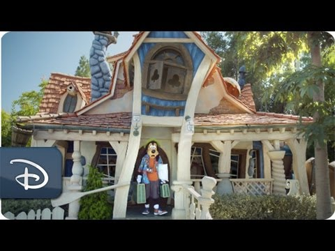 Goofy in The Art of Vacationing   Disneyland Resort