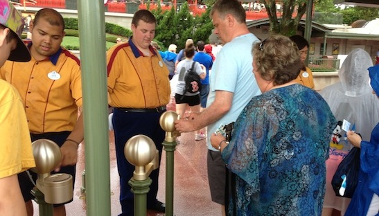 guests entering the park with mymagic+