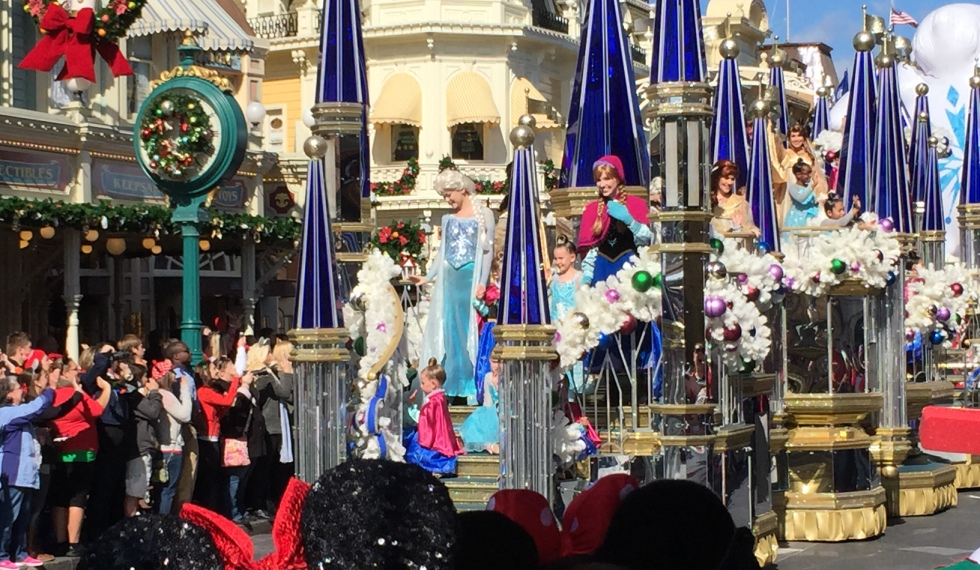 Disney Christmas Parade Taping 2019.A Look At The Parade Filming For Frozen Christmas Celebration