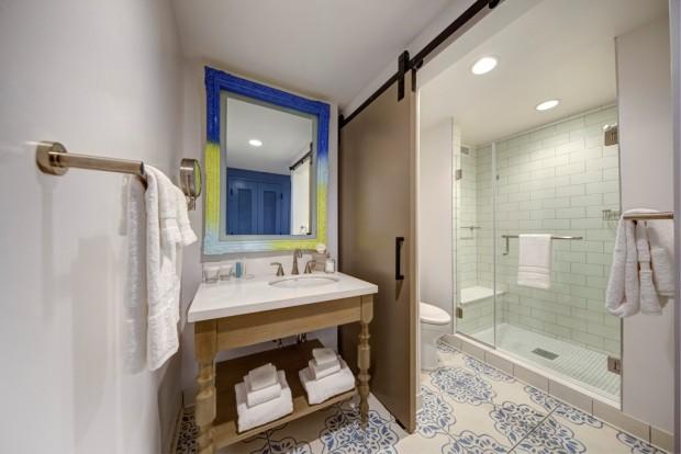 Universal Orlando Sapphire Falls Resort Guest Room Detail 1