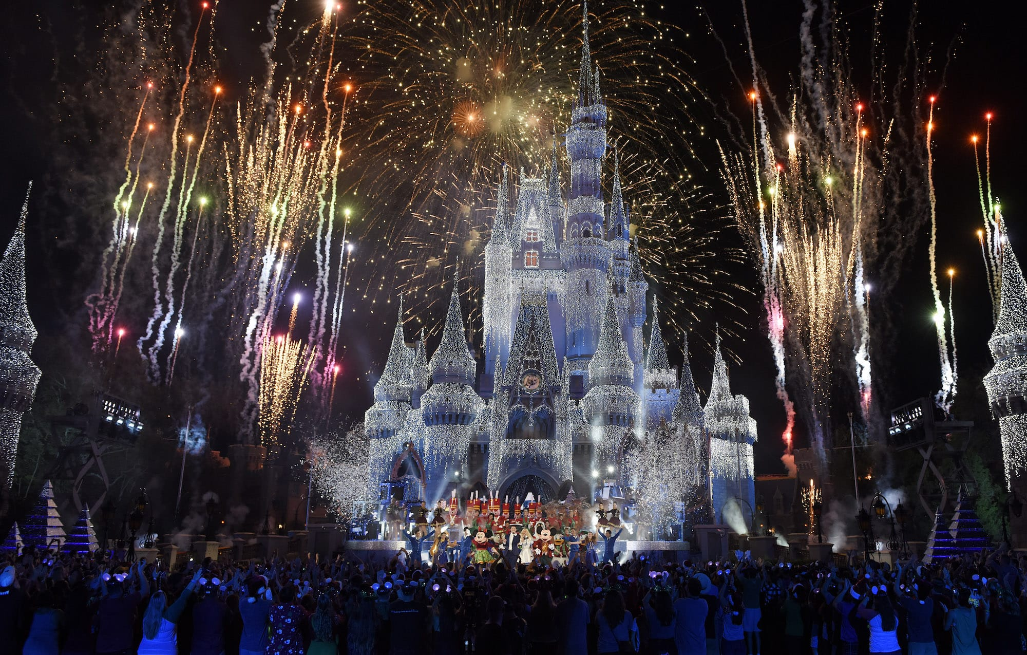 Disney Christmas Parade Taping 2019.Disney To Film Annual Holiday Specials Next Month At Walt