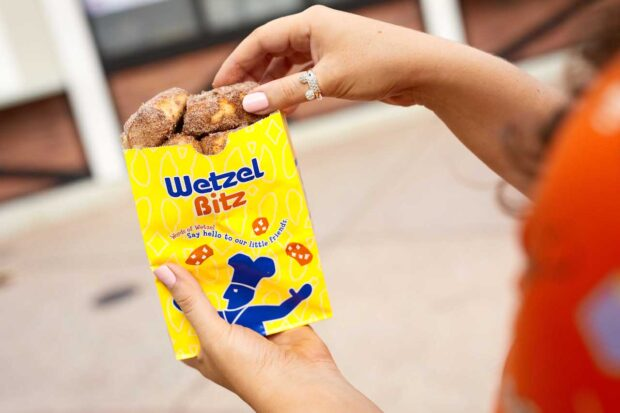 Disney Springs, Weekday Dining Offer, Wetzlel's Pretzels, cinnamon bitz