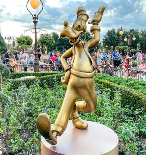 Goofy golden statue
